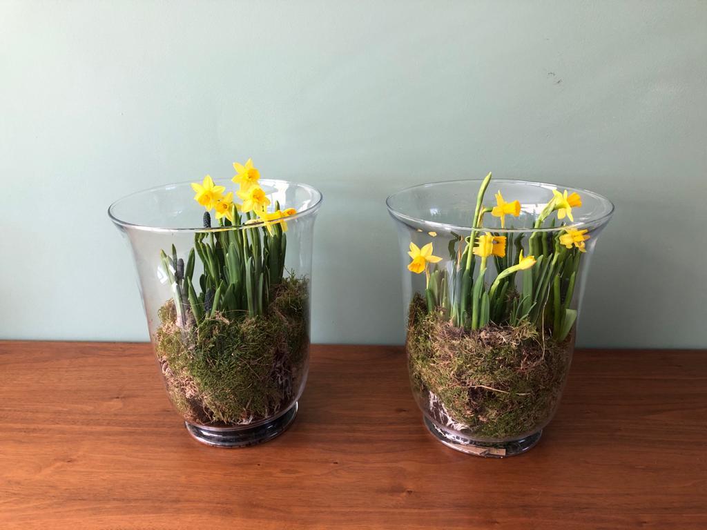 Voorjaar in het interieur_ Paastakken en voorjaarsbloemen